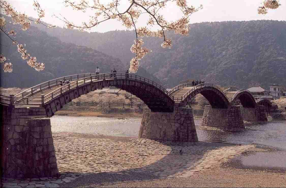 The Kintai Bridge comprises a wooden arch bridge located in the city of Iwkuni, Japan. Description from bocadolobo.com. I searched for this on bing.com/images