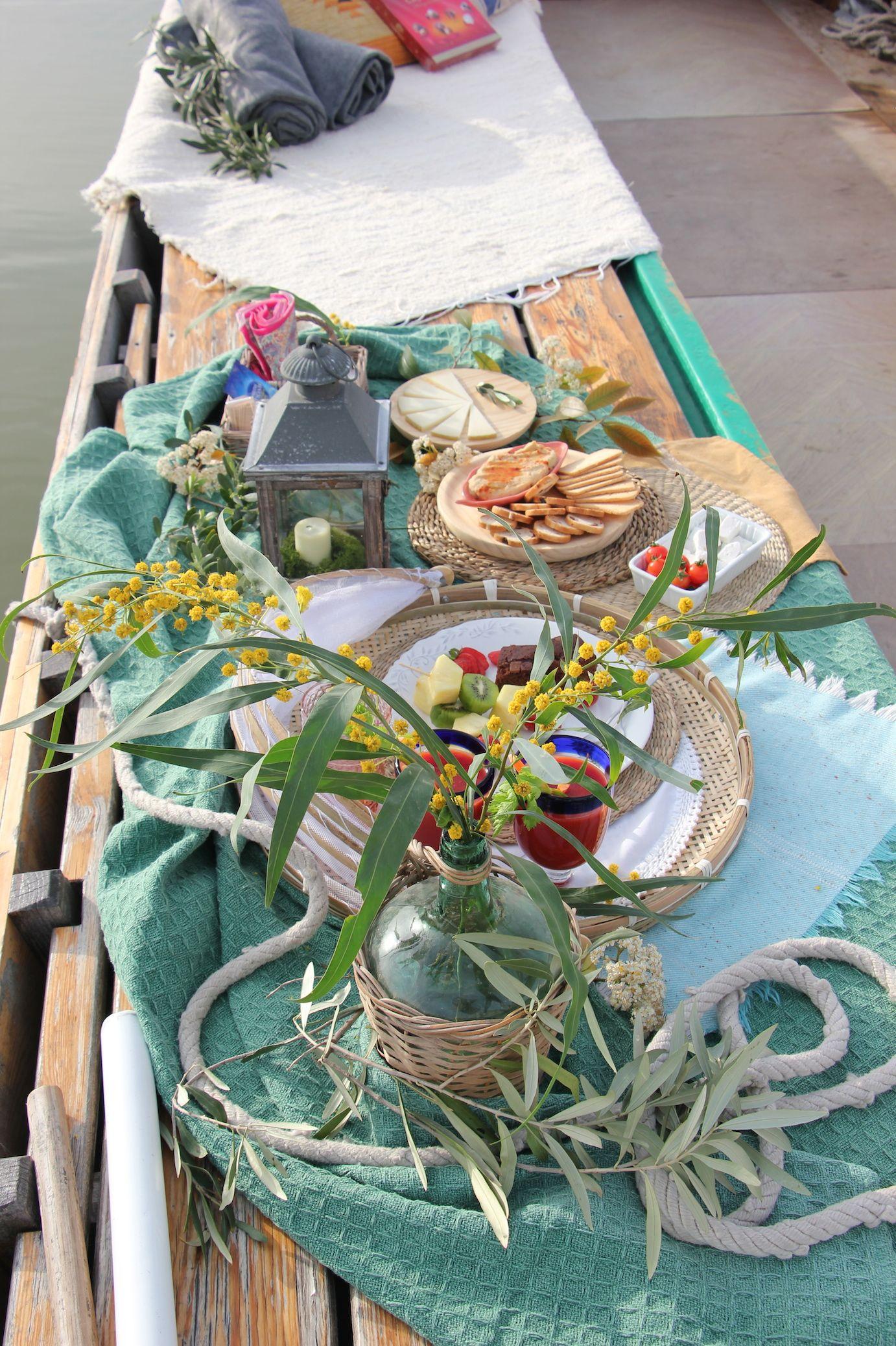 Paseo En Barca Por La Albufera De Valencia Planes Románticos Para Disfrutar En Pareja Un Picnic Por El Lago Más Grande Table Decorations Gift Wrapping Decor