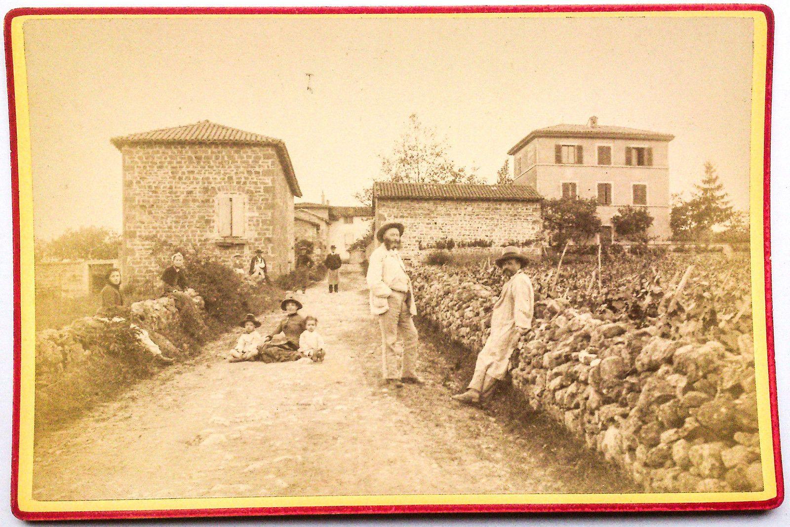Une Famille De Viticulteurs Devant Son Domaine  Monts Du