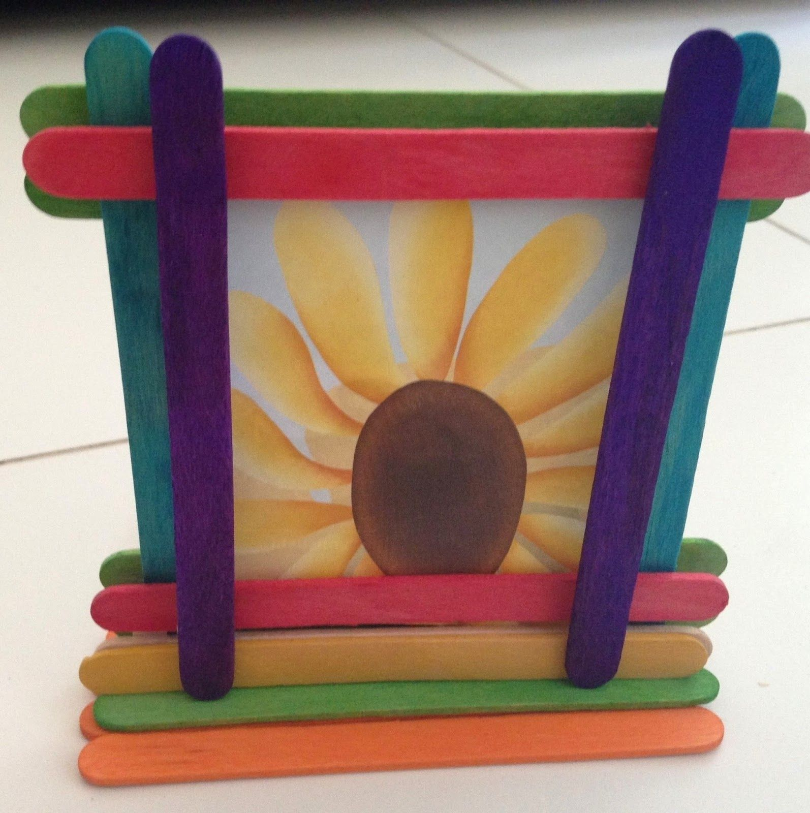 Popsicle stick photo frame using different colors of ice cream sticks