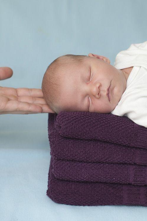 #Babyfotos leben von Bezugsgrößen im Bild, wie beispielsweise den Händen Erwachsener.