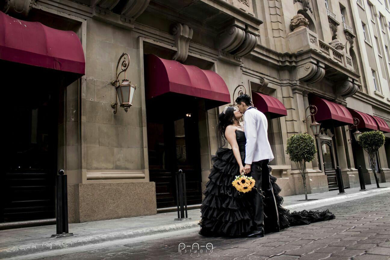 Vestidos de  novia negro. Traje de novio blanco boda de negro