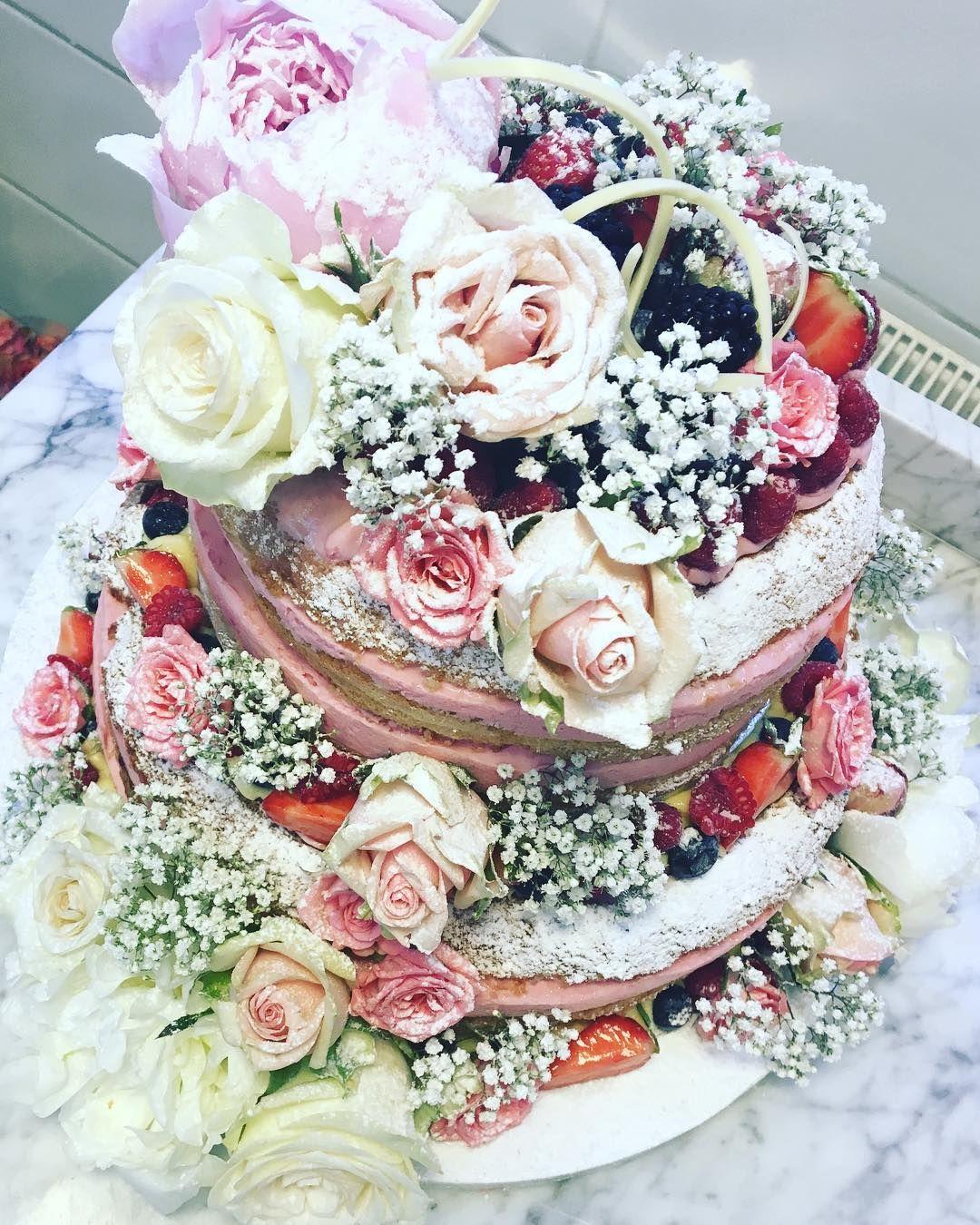 b1aa5a0a3de8 En av dagens bröllopstårtorNaked cake med hallon och vit choklad och  blandade färska bär. Lyckönskar