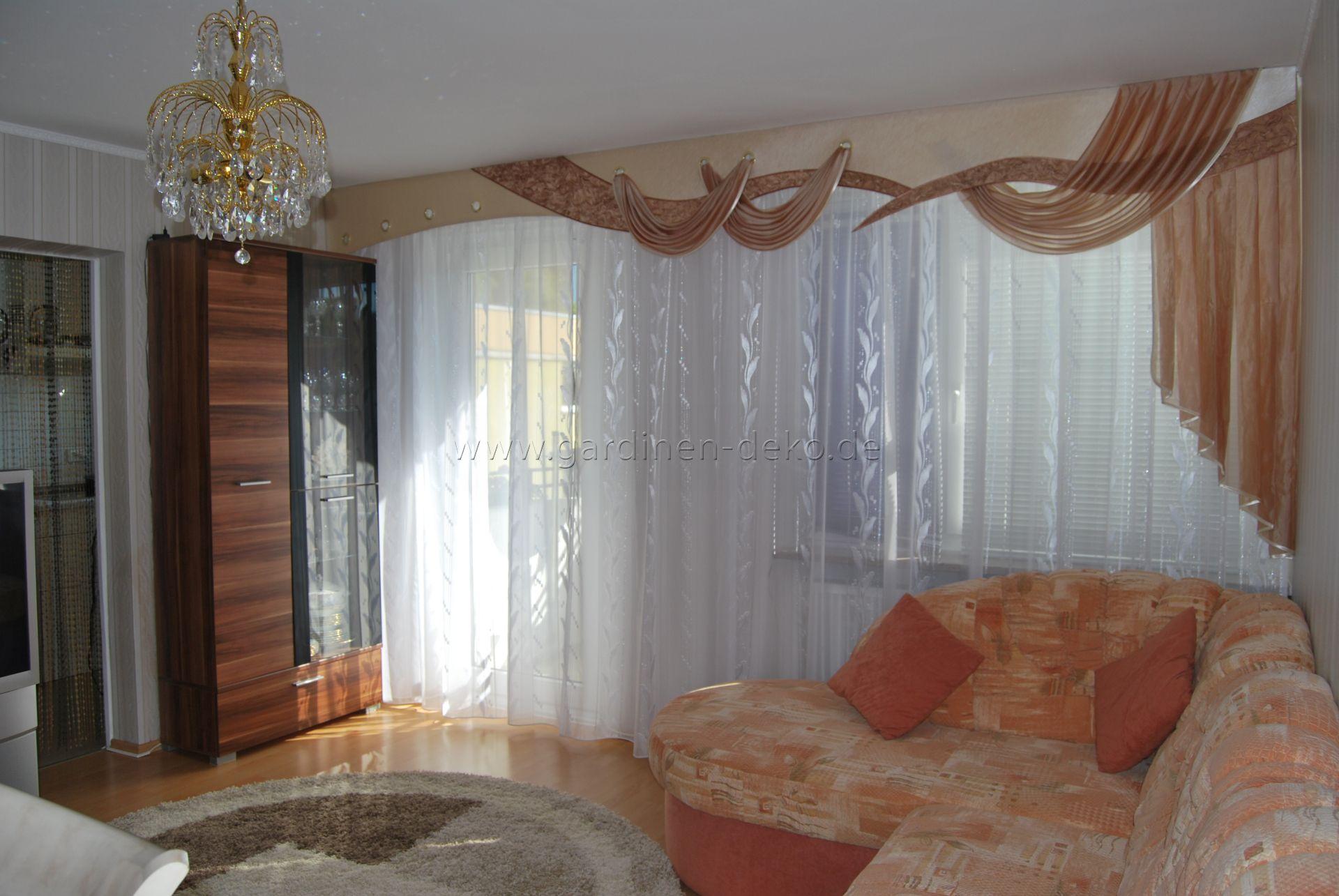 klassischer wohnzimmer vorhang mit gro er schabracke im wellendesign. Black Bedroom Furniture Sets. Home Design Ideas