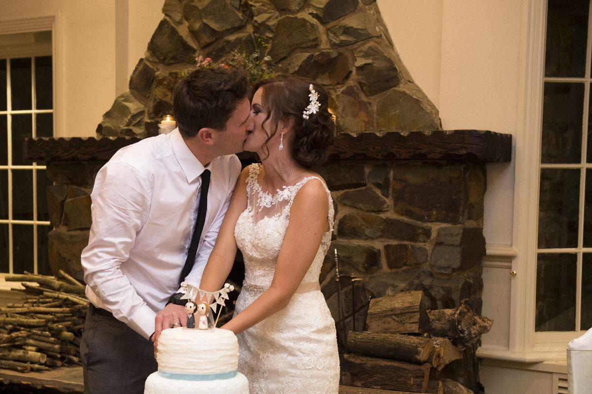 Bride and groom cutting wedding cake | itakeyou.co.uk