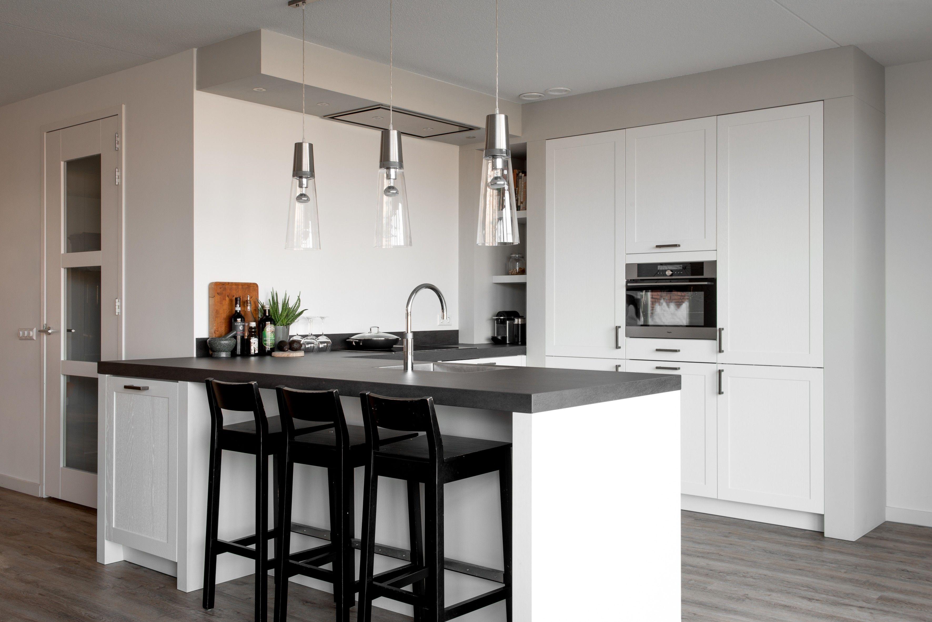 Moderne U Keukens : Deze witte u keuken combineert zowel moderne als landelijke