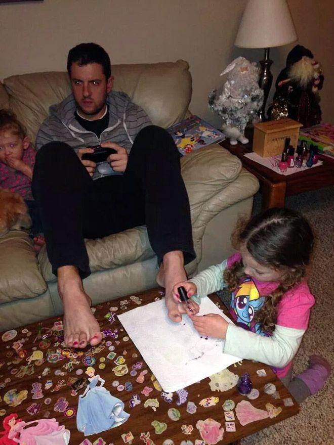 Toto sú otcovia, ktorí pre svoje deti urobia naozaj všetko! - http://www.funradio.sk/novinky/28256-20-ockov-ktori-pre-svoje-deti-urobia-cokolvek/