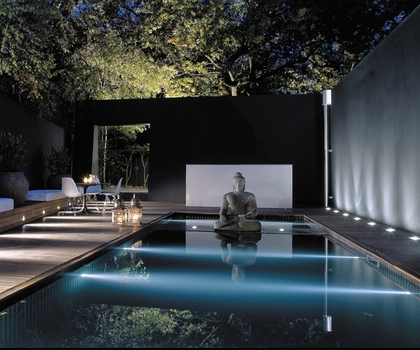 Zen pool as centerpiece of the house lanterns at night for Zen pool design
