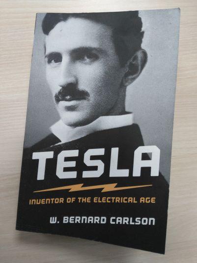 """""""Tesla: Inventor of the Electrical Age"""" de W. Bernard Carlson. La vie de Nikola Tesla  nous permet de saisir à quel point il vécut à une époque où tout évoluait: Edison et Westinghouse se battaient pour imposer le bon « courant » (continu ou alternatif), la disponibilité d'électricité grâce aux chutes du Niagara, la création de General Electric, de RCA grâce aux brevets de Marconi, etc. Westinghouse demanda à Tesla d'abandonner les royalties sur ses brevets. Il accepta et se ruina."""""""