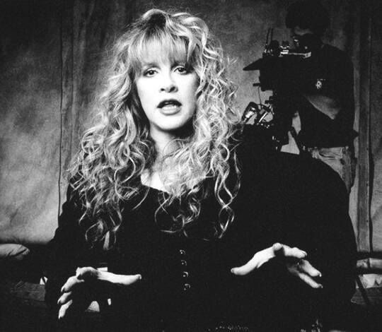 Wow Stevie With Beautifully Styled Long Curly Hair Talking With Her Mouth And Her Hands Stevie Nicks Fleetwood Mac Stevie Nicks Stevie