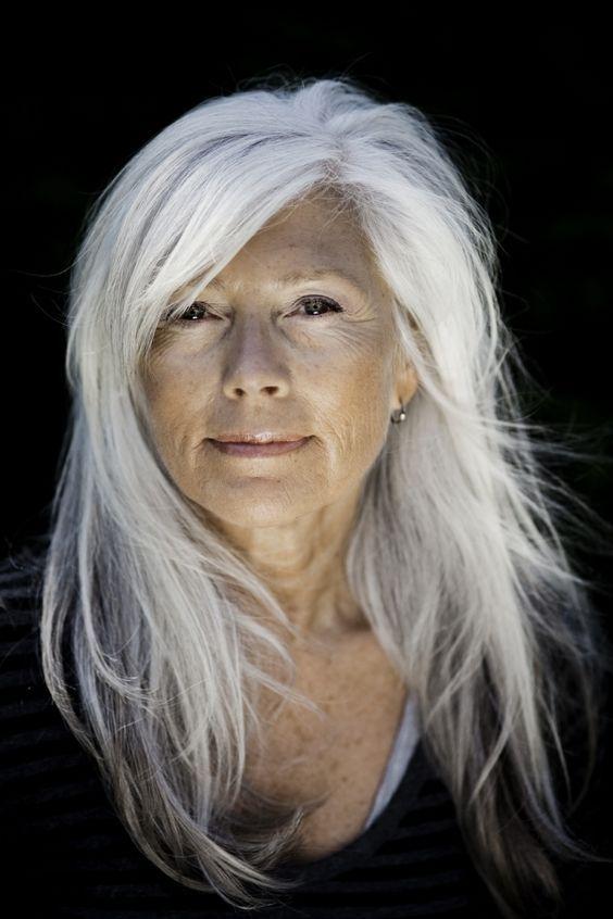 Äldre kvinnor med långt hår