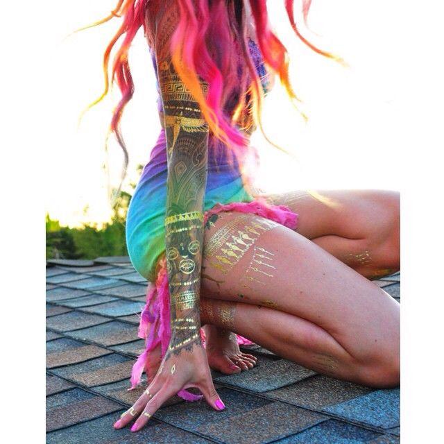 "Charmaine Olivia  auf Instagram: ""adventures on rooftops / chasing sunsets #mermaidarmor #theolivians"""