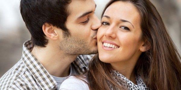 Close Up Kiss On Girls Cheek Muzhchiny Zhenshina Pervye Svidaniya