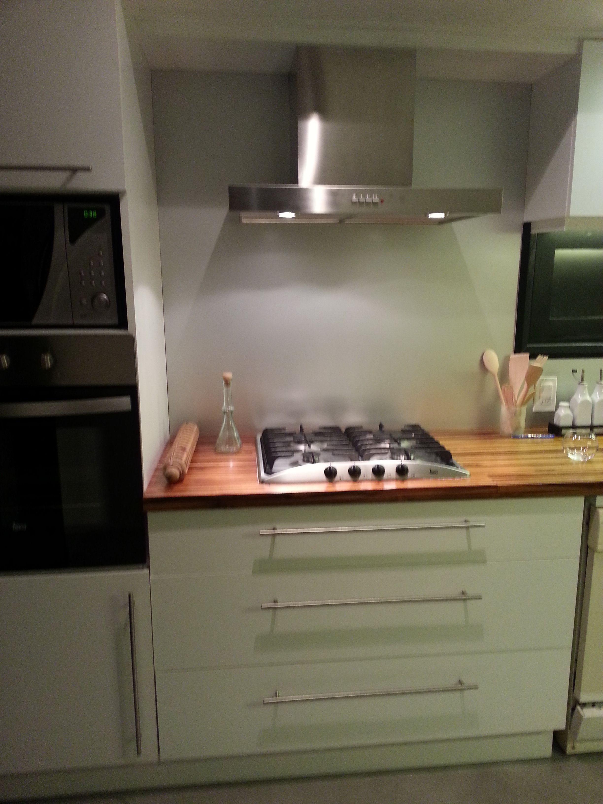 Grupo3 cocina blanca con mesada de madera teka finger for Mueble horno empotrado