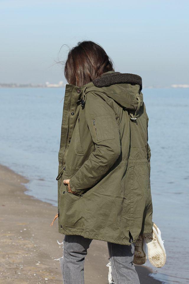 Parka militar de Buylevard junto con un total look en gris con prendas básicas como jeans rotos y jersey oversize. Disfrutando de sol y la playa de Valenica