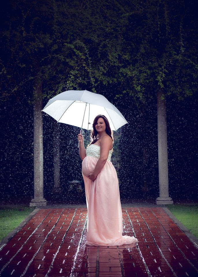 Maternity photo in the rain