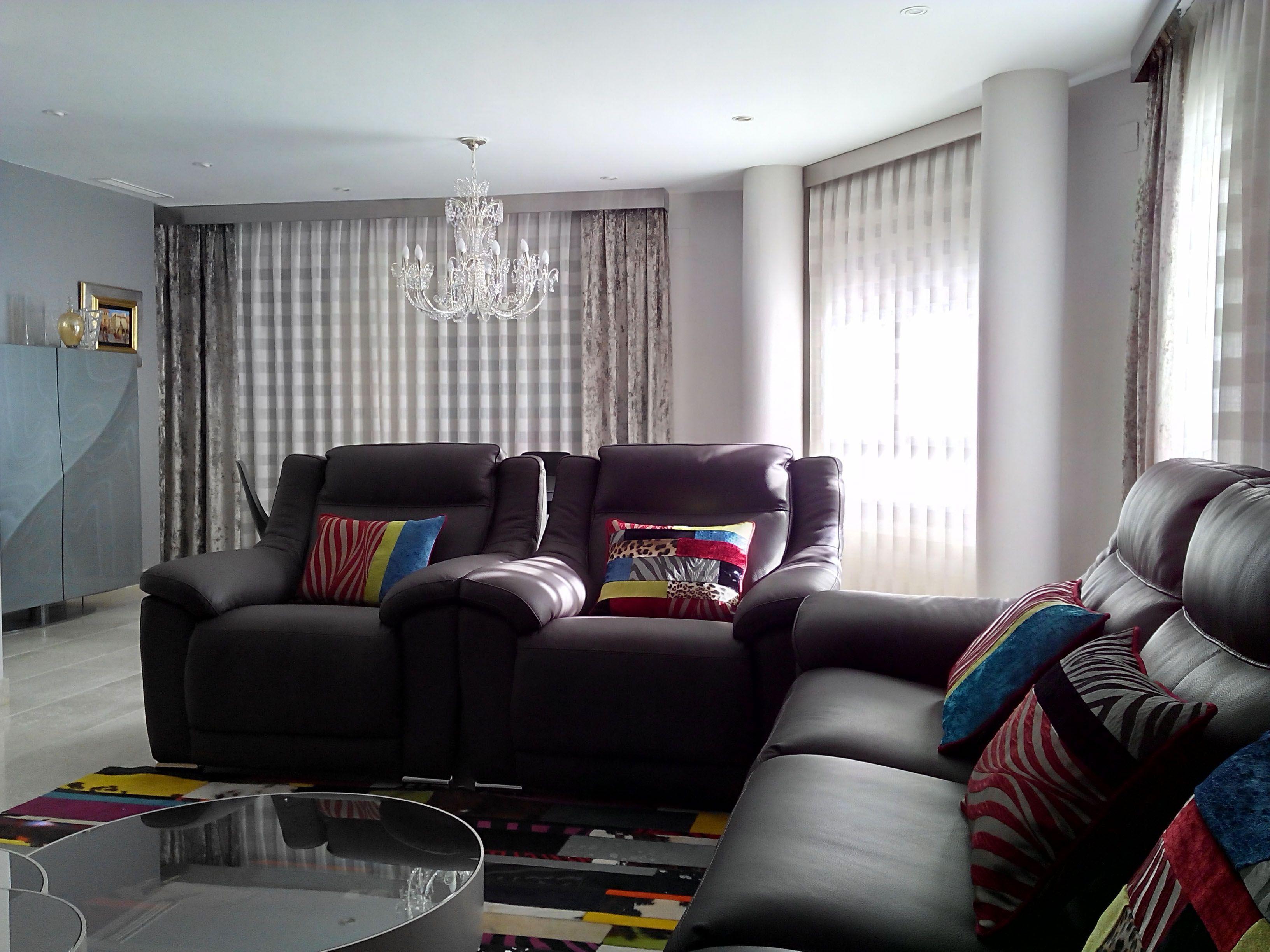 saln con visillos y dobles cortinas en las ventanas y alegres cojines en el sof gris - Cortinas Salon