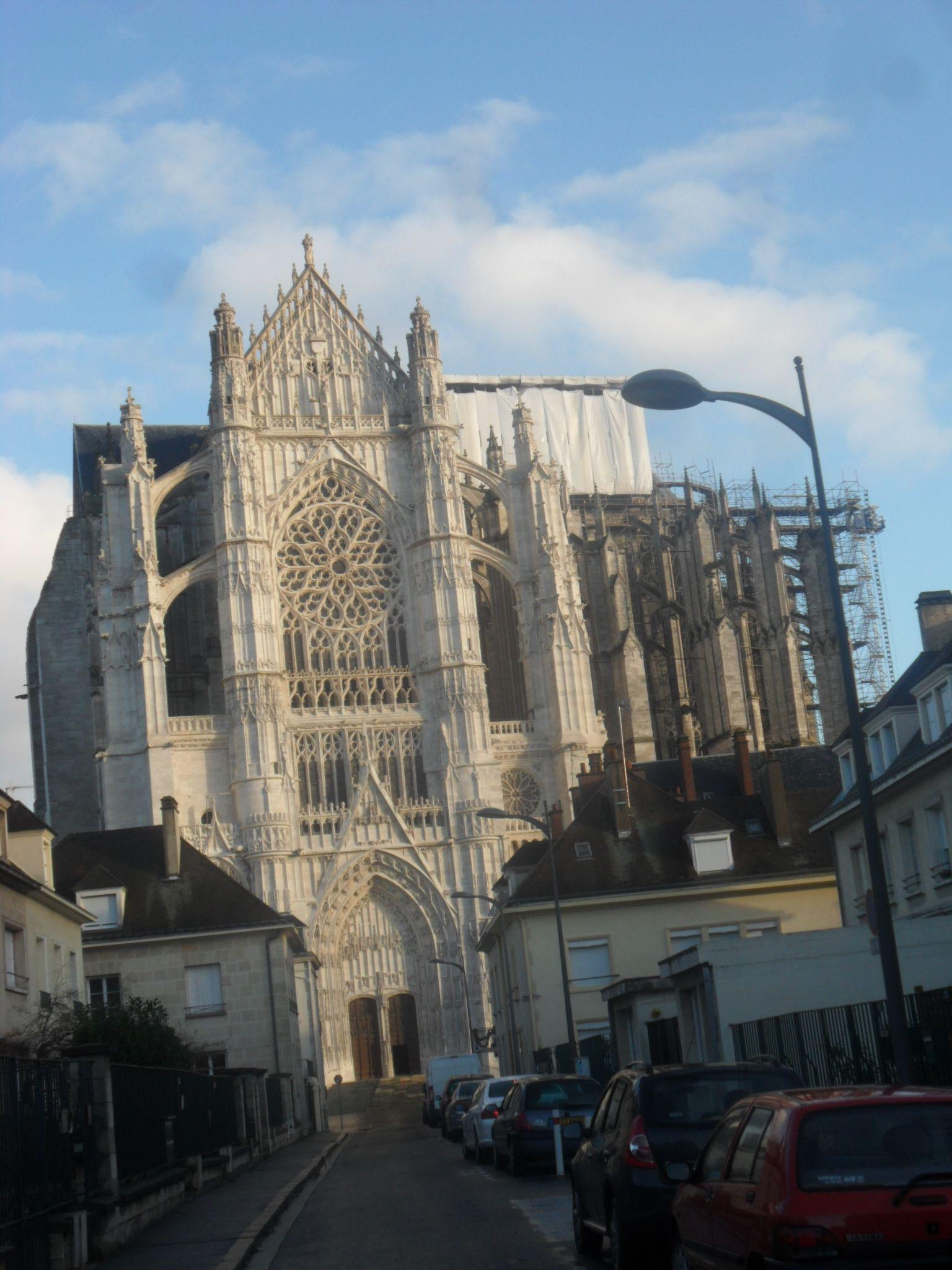 Iniziata nel 1226, ha la particolarità del coro e delle navate che supera quella delle cappelle
