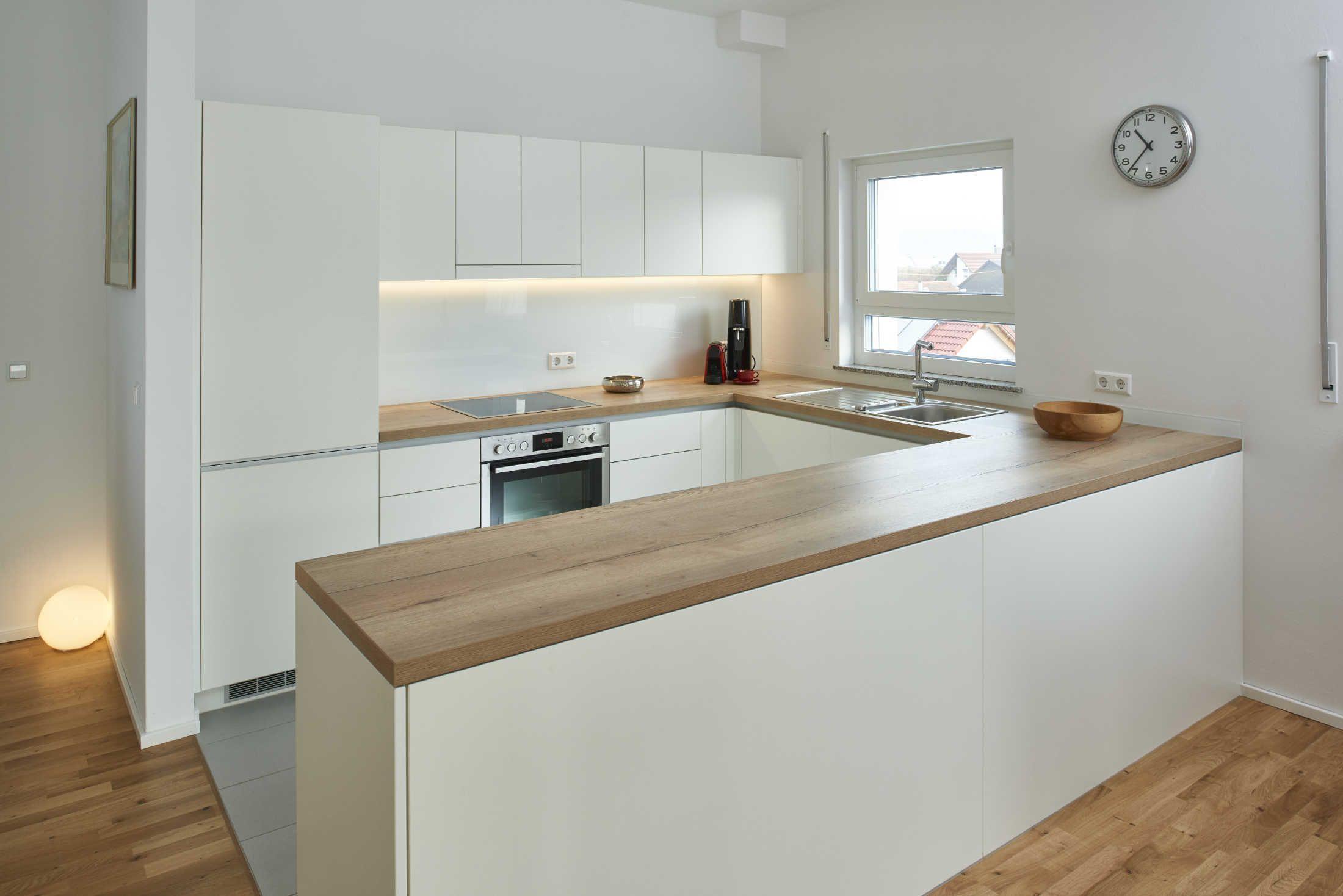 Diese schlichte, offene Küche in U-Form wurde in weißem Schichtstoff  angeferti…   Wohnung küche, Wohnung küche dekoration, Küchen in u form