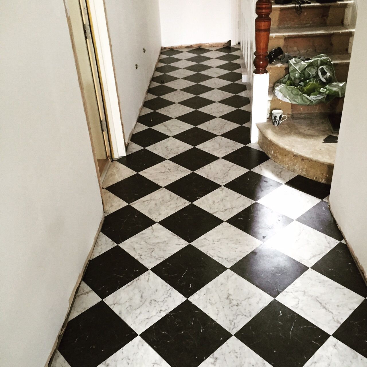 Karndean knight tile black and white marble kitchen for Black vinyl floor tiles