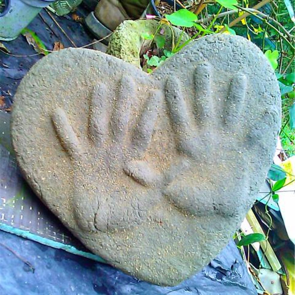 Sand Cast Garden Stones With Your Childrenu0027s And Pets Hand And Foot Prints!  SImple And Cheap To Create!