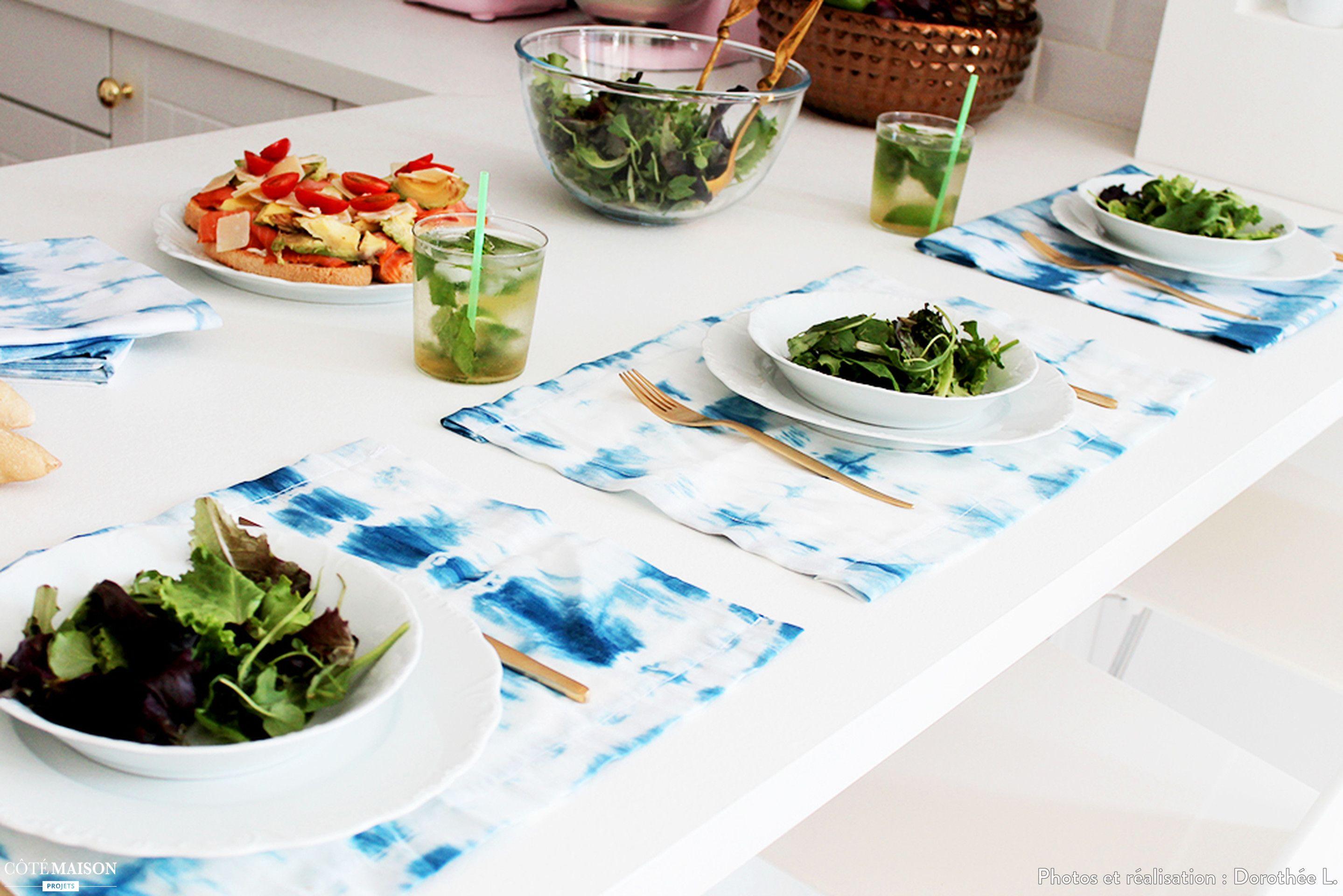 Les sets de tables bleus et blancs r veillent la table - Cuisine blanche ouverte sur salon ...