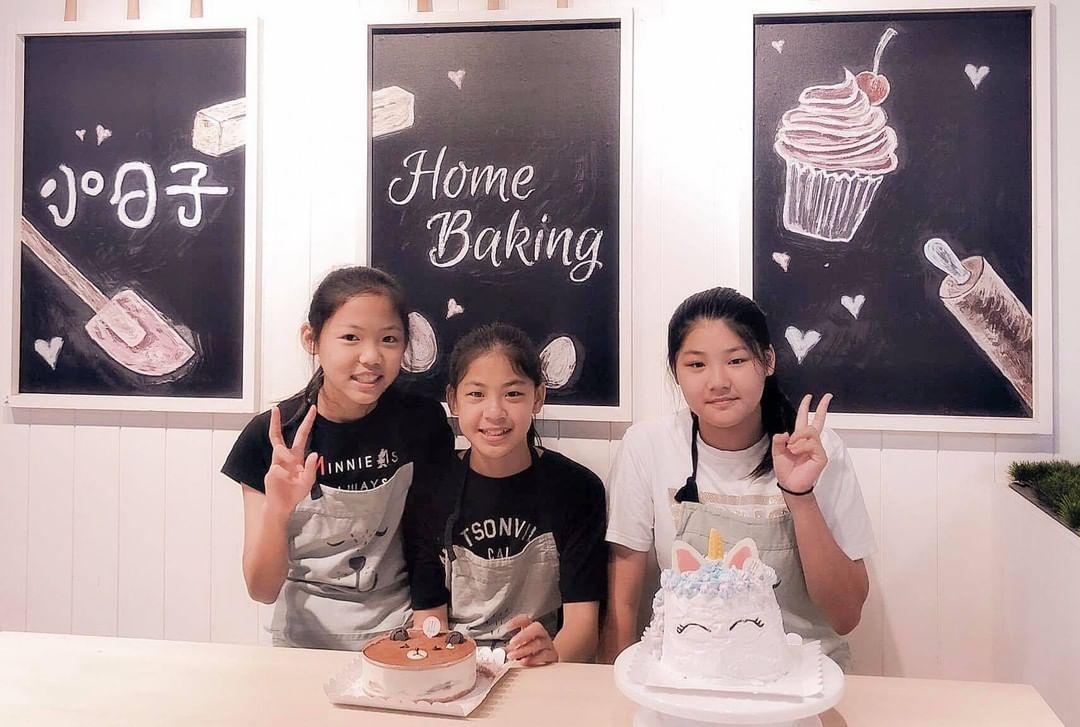 手作蛋糕送自己🎁,小妹妹自己做自己的生日蛋糕,看起來有滿滿的成就,媽媽也會欣慰那個抱在懷中的小嬰兒現在已經成了可以自己做甜點的小女孩了🎂~~ -