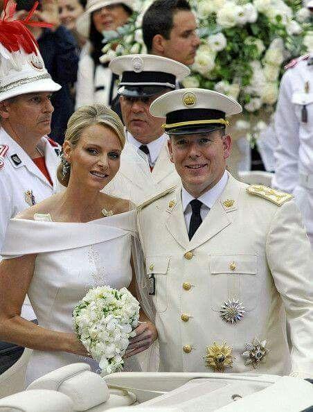 Pin Von Gabriela Sanchez Auf Prince Albert Of Monaco Marries Charlene Wittstock Royale Hochzeiten Hochzeitskleid Bilder Prinzessin Charlene