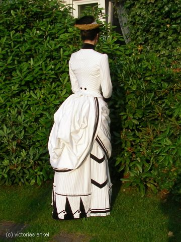 Second bustle era day dress - I love the trim on the skirt hem! Lots of gorgeous repro dresses at Victorias Enkel - Späte Tournüre Tageskleider