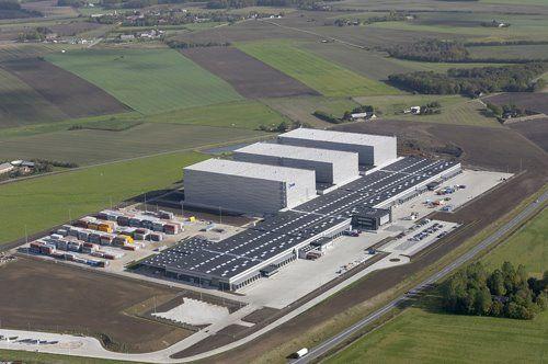 Nordeuropas største lager. JYSKs danske distributionscenter ligger i den lille by Uldum mellem Vejle og Horsens i Midtjylland. Administrationen bliver taget i brug i 2008 og i slutningen af 2009 er lageret fuld operationelt. Det er på 64.000 kvm. og består blandt andet af tre markante højlagre på hver 40 meter. Hele matrikelarealet svarer til 48 fodboldbaner. Lageret betjener over 170 butikker i Danmark, Norge, Holland og Storbritannien samt cirka 100 franchise-butikker rundt om i hele…