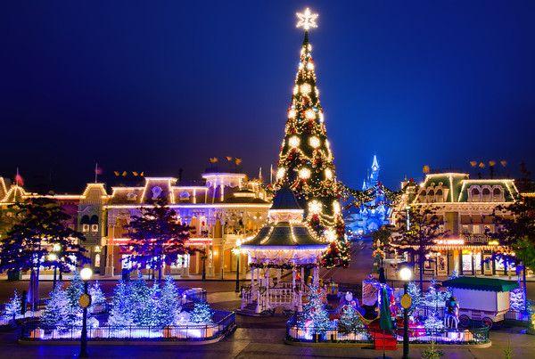 Blog post w/ tips & photos of Disneyland Paris at Christmas