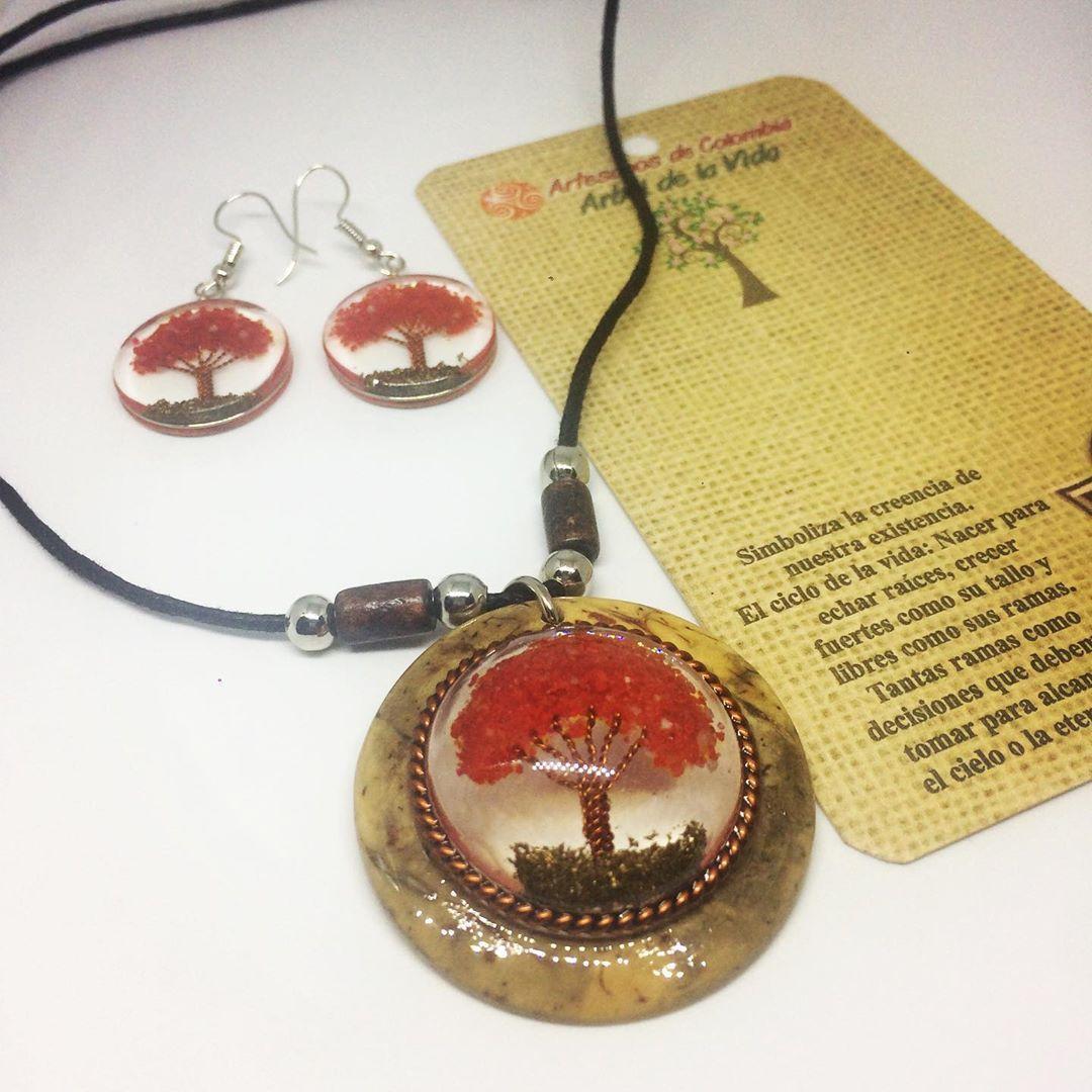 Collar y aretes en coco, piedra picada (coral), cobre y resina.  Valor: 35.000  Envío gratis en Bogotá  #joyeriaartesanal #handmade #love #art #jewelry #handmadewithlove #hippiestyle #hippie #bohemian #bohemianstyle #reiki #healing #passion #resinart #inmortalizado #amor #pasión #arte #accesorios #accesoriosartesanales #artesanosdecolombia #arboldelavida