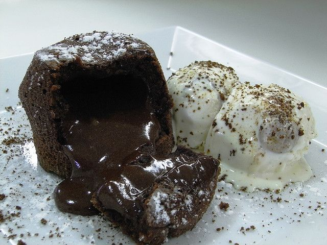 Detalle Del Coulant De Chocolate Con Helado De Vainilla Chocolate Y Cookies Dessert Cake Recipes Desserts Dessert Lover
