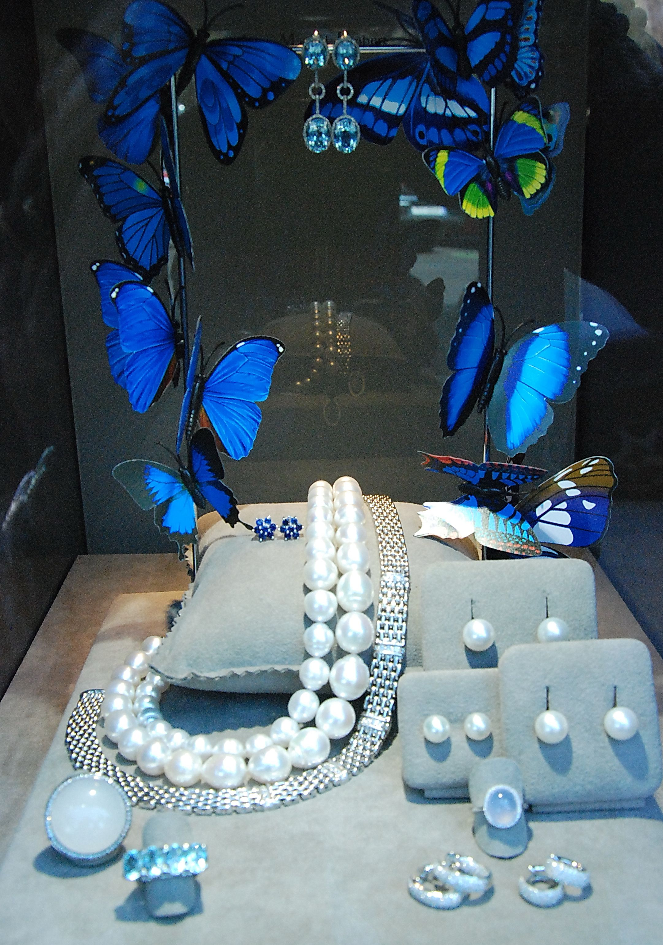 Window display ideas for jewelry  nuevos escaparates  window display and retail space  pinterest