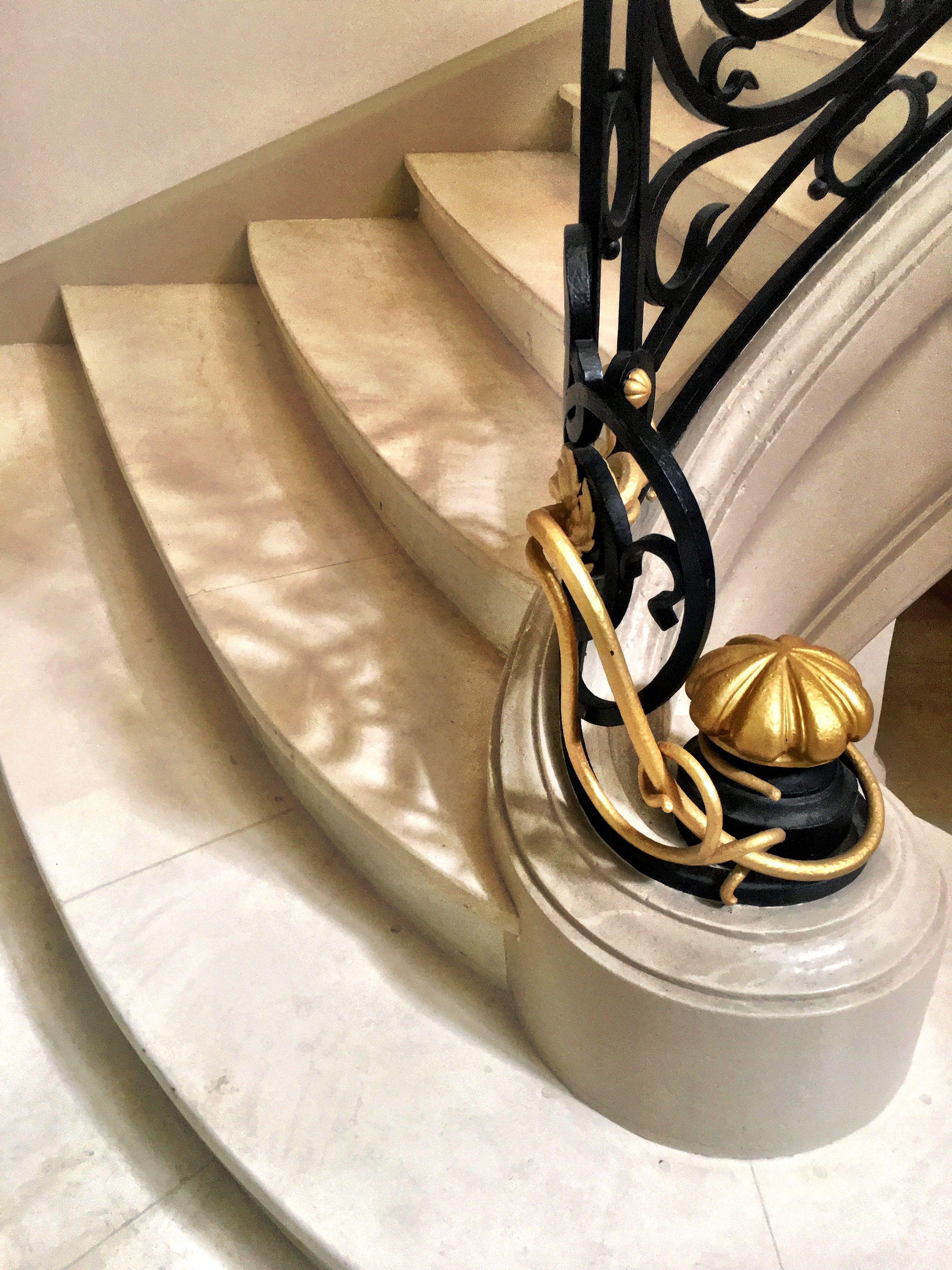 Je partage juste parce que c'est #beau! Quelle délicatesse! 👍🌺 #escalier #ferroneriedart #marbre #biarritz #carltonbiarritz #ambiance #home #design #décoration #architecte #intérieur #interiors #artdevivre #bonheur #happy #carebycare #happyculture #bienchezsoi #mieuxchezsoi #decodumonde