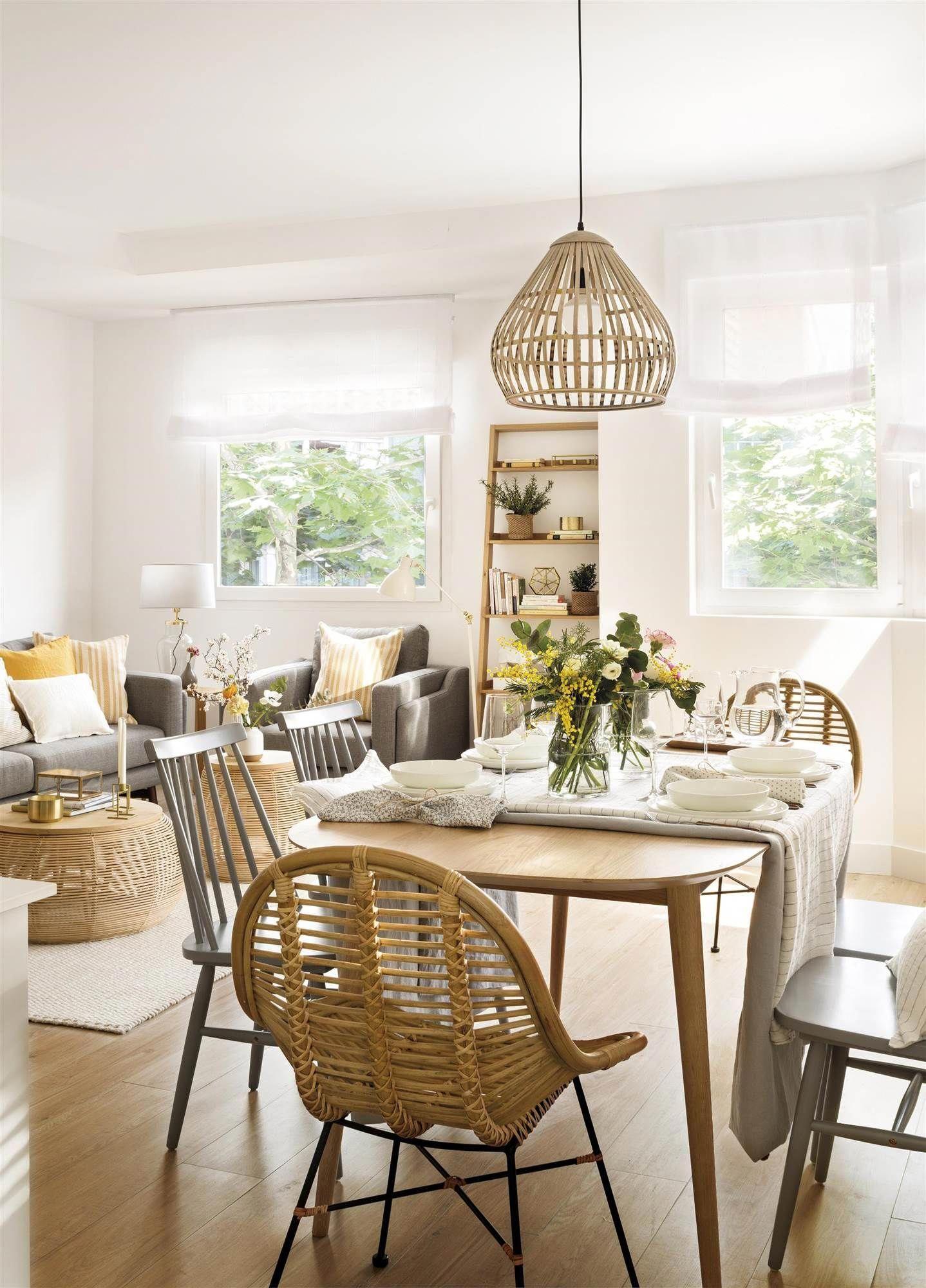 Comedor y salón de un piso pequeño. Sillas y lámpara de ratán