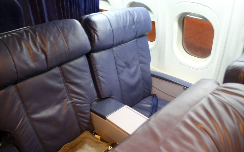 Hawaiian Airlines Boeing 717 200 First Class Seats Are Plush And Comfortable Hawaiian Airlines Boeing Cabin Interior