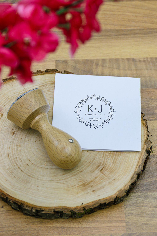 Entwerft euren eigenen Hochzeitsstempel für den perfekten Tag. Holzstempel individuell gestaltbar.
