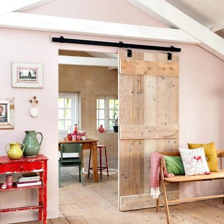 Une salle à manger rustique en bois clair et coloré et mobilier