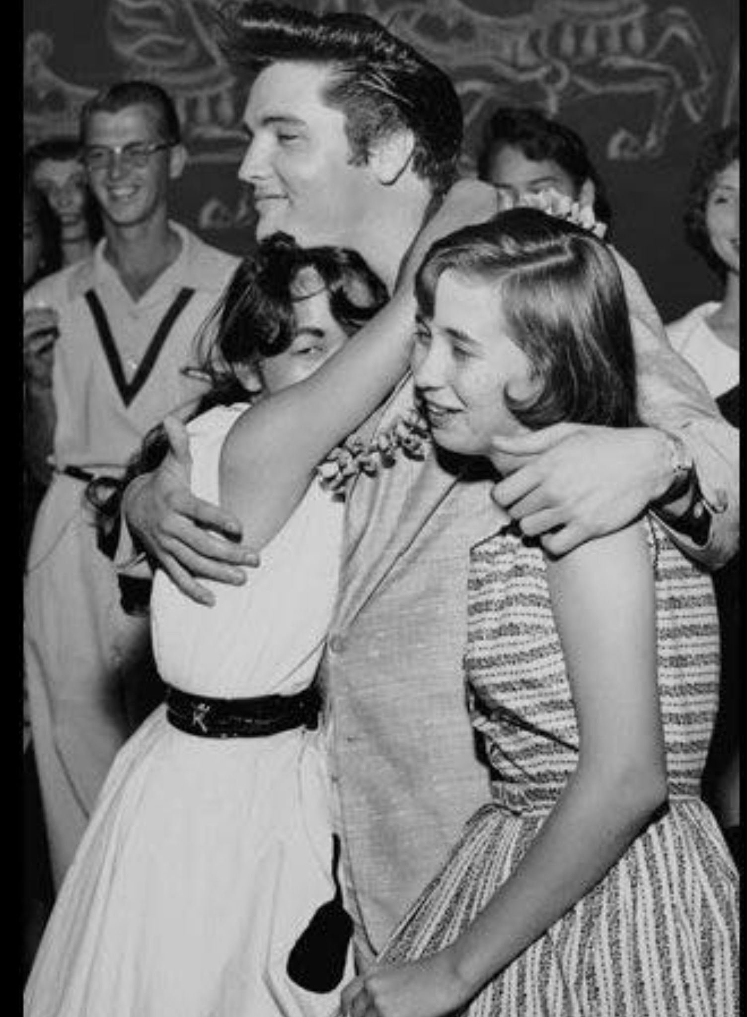 Elvis showing fans some love. What a sweetheart. ❤️ | Elvis today, Elvis  presley, Elvis presley photos