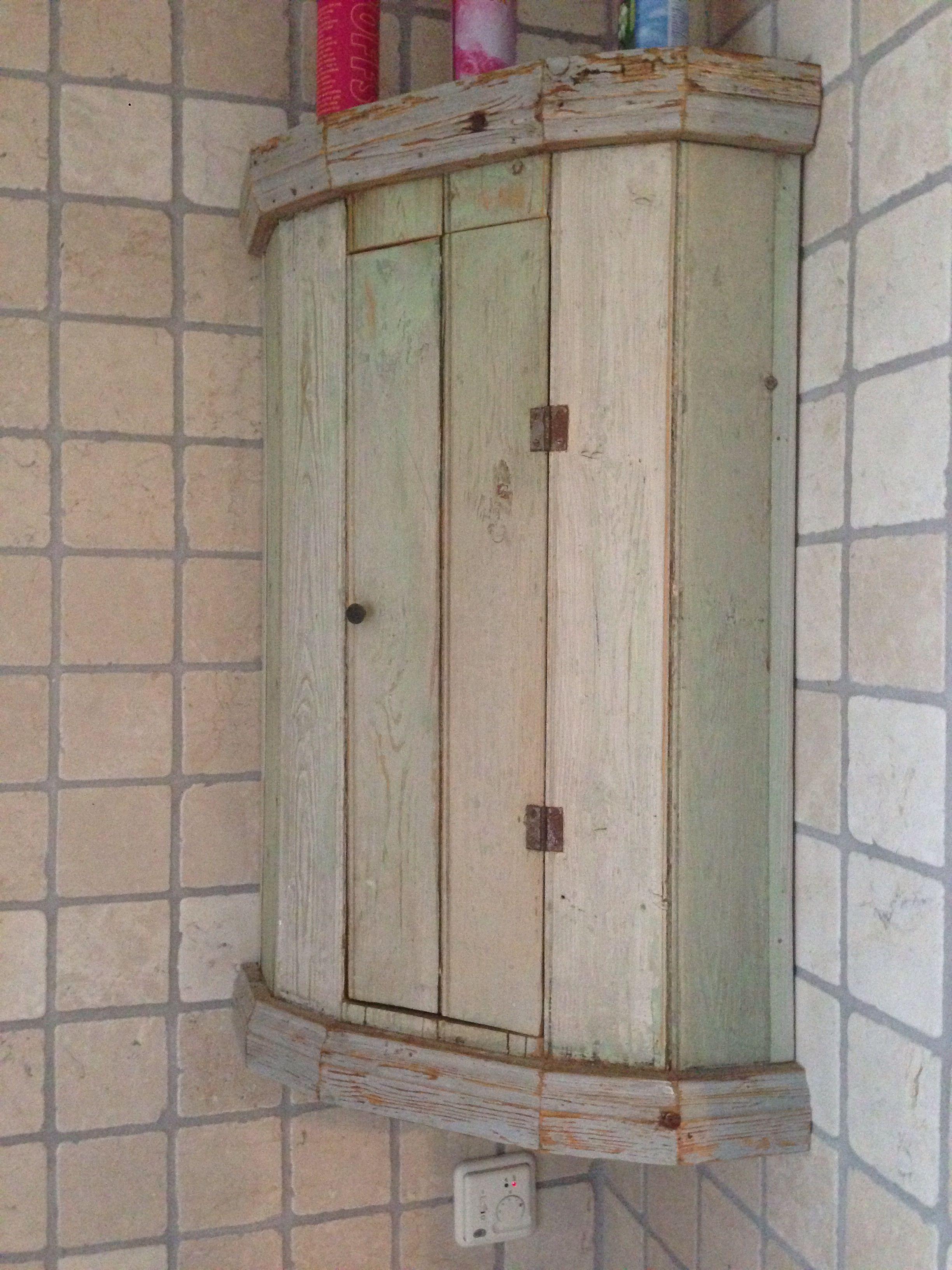 Älskar badrumsskåpet i nya huset. Allt behöver inte vara nytt