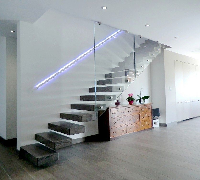 escalier ego avec paroi verre et main courante clair e avec des led pour plus de photos rdv. Black Bedroom Furniture Sets. Home Design Ideas