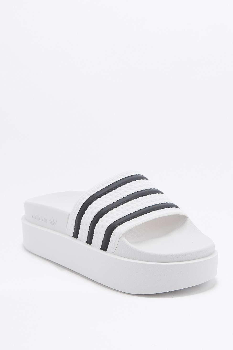 58dc89b46a4 Adidas Originals Adilette платформы Белый бассейн слайдера - Urban  Outfitters