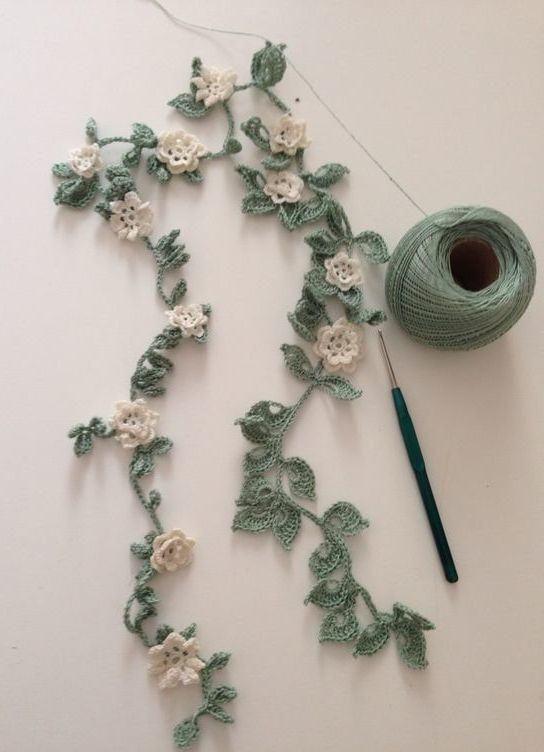 Fleurs au crochet: 125 modèles, photos et pas à pas de nouveaux styles de décoration … – Idées de chambre   – Schmuck