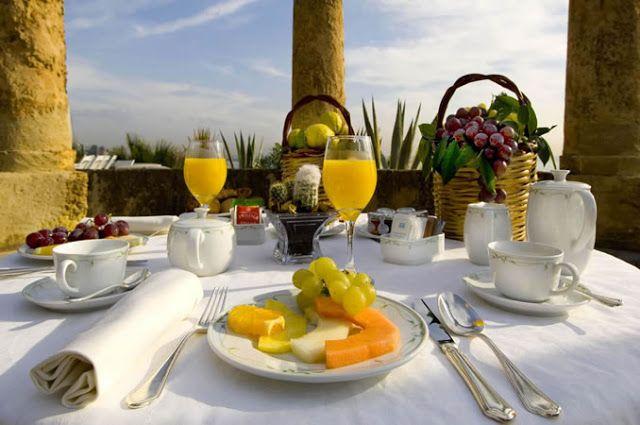Mesa para café da manhã: essa mesa é para uma casa de campo, adoro servir as frutas já devidamente cortadas no prato, fica prático e lindo! Aqui, o segredo foi a organização da mesa e as cestinhas decorativas. Simples e lindo!