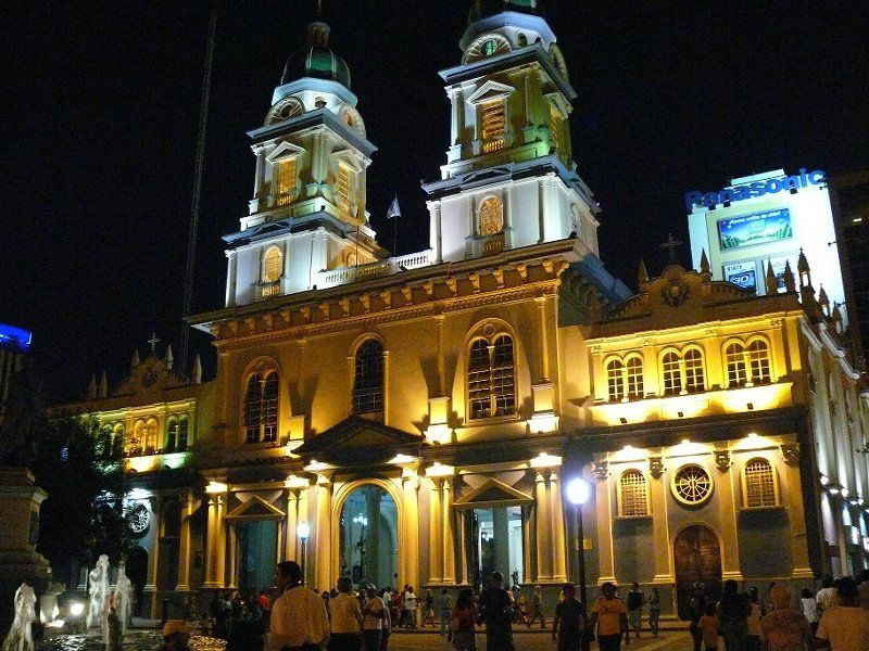 Guayaquil: a night view of St. Francis Church.  Nocturna vista de la Iglesia de San Francisco