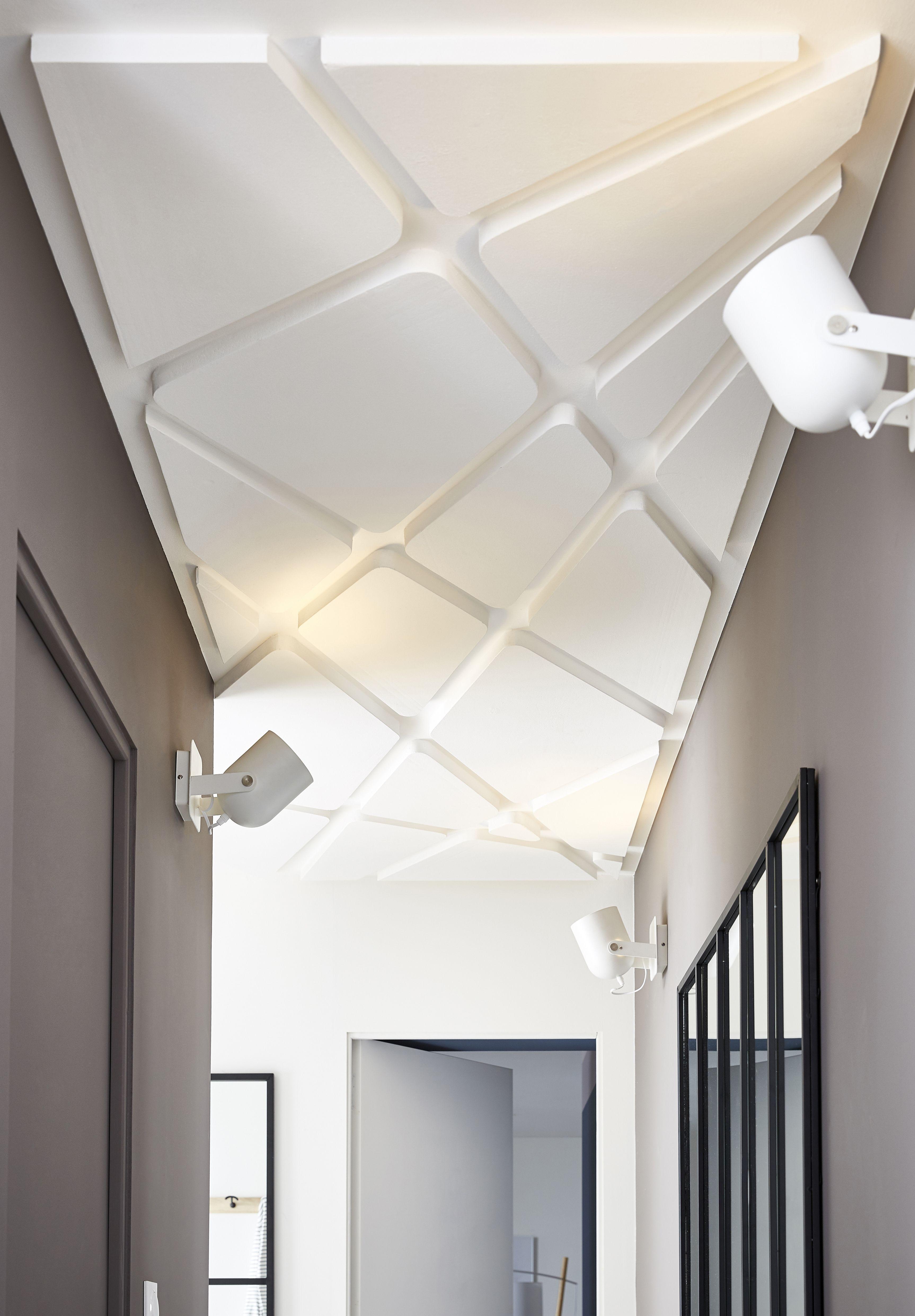 Peu Exploite Le Plafond Peut Pourtant Devenir Le Point Fort De La Decoration Installation Coloree House Ceiling Design Ceiling Design Bedroom Ceiling Design