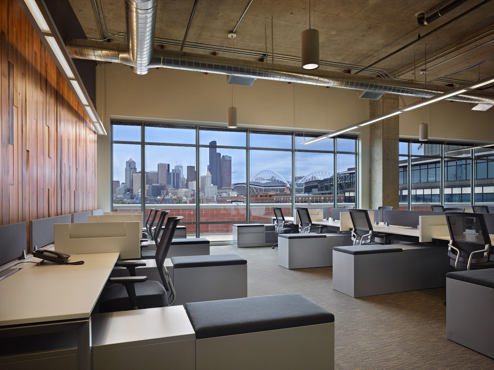 Open space, but enough space for each workstation Oficinas