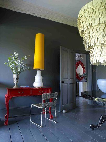 Un salon cosy peint en gris bitume - Peinture : la couleur foncée ...