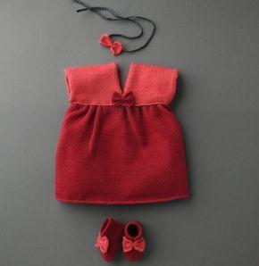 Qui a dit que bébé ne pouvait porter des ensembles chics ! Craquez pour cette petite robe à noeud, tricotée en ' laine partner 3.5 ', coloris bengale et grenadine. Vous pouvez associer ce modèle au modèle 30 de chaussons de ce catalogue. Avis aux débutantes, c'est le moment de se lancer !  Modèle tricot n°29 du catalogue 99 : Layette et Pitchoun, Automne